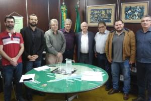 Secretário Odacir Klein, na companhia dos senhores Claudio Cava (Diretor Presidente), e membros da administração da CESA.